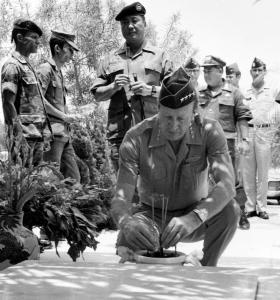Đại tướng Weyand thắp hương trước mộ Chiến Sĩ Vô Danh / Nghĩa Trang Quân Đội (QL/VNCH)Biên Hòa.
